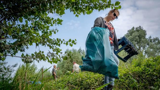 Vrijwilligers schonen uiterwaarden van de Waal op: afvalcontainer dreef 240 kilometer mee met de stroom