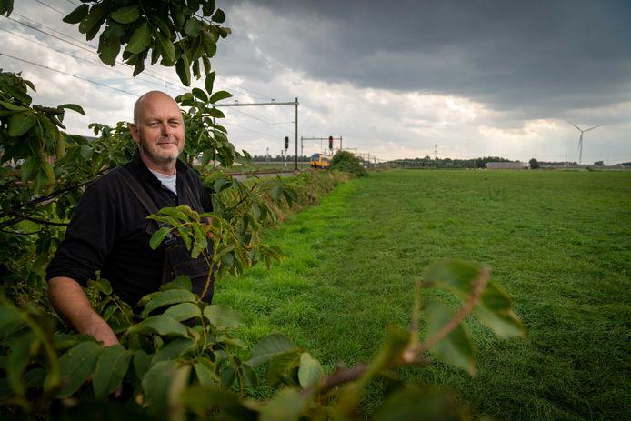 Reeth 2309- Rob Schleper van Leefbaar Reeth praat ons bij over zonnepark dat tussen de rails komt: precies bij aftakking spoorlijn Elst-Nijmegen versus Betuwelijn /212902