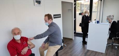 Grote willekeur bij verdeling restvaccins: duizenden mensen die pas vanaf mei aan de beurt zijn, hebben al een prik gehad
