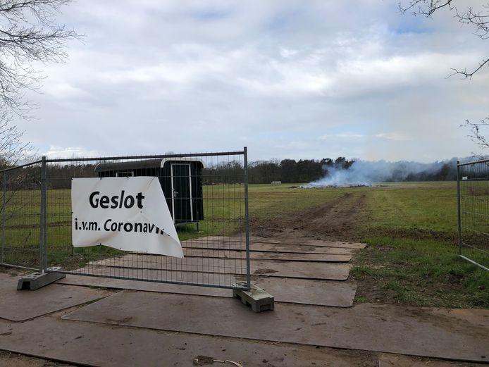 Het Paasvuur smeult na in het weiland bij Honesch-Langelo