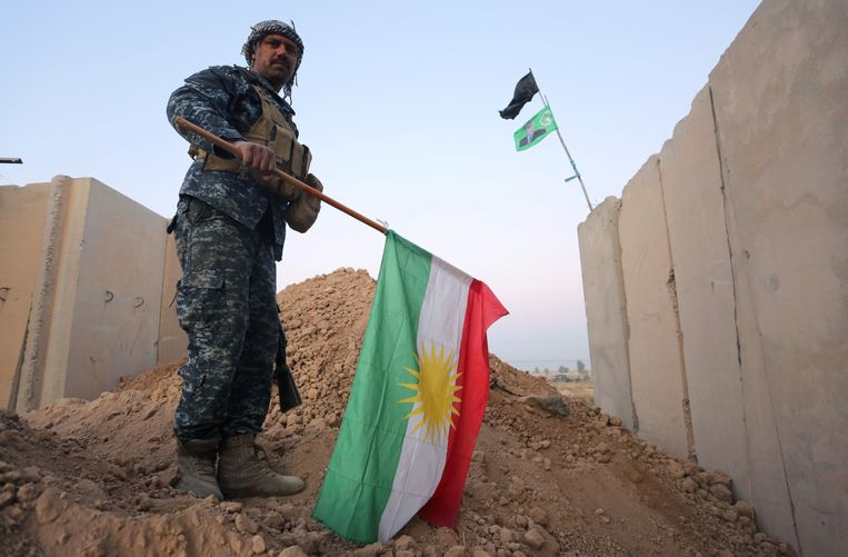 A member of Iraqi federal forces holds the Kurdish flag upside down after Iraq's central government forces seized Kurdish positions in Kirkuk, Iraq October 16, 2017. Beeld REUTERS