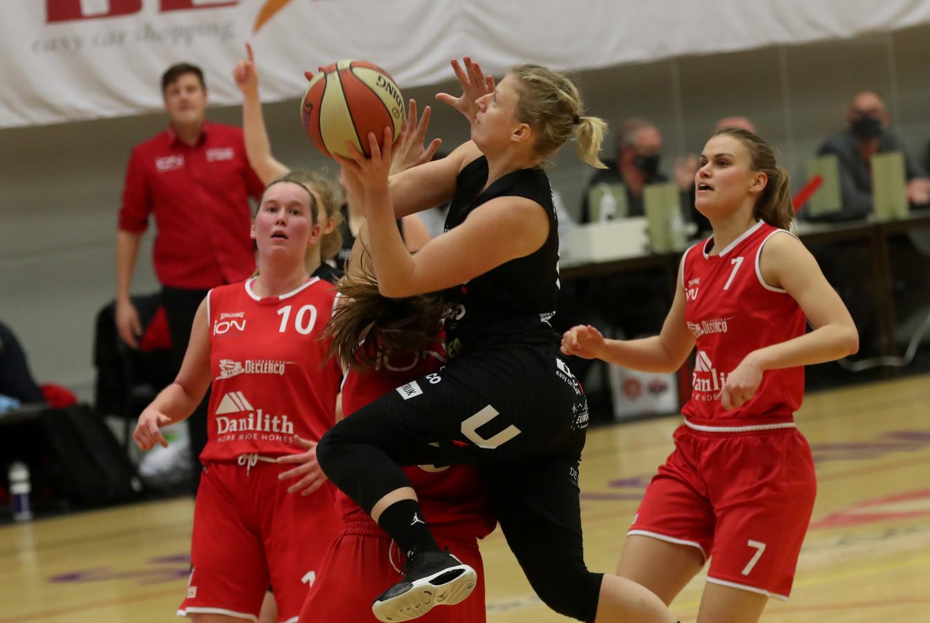 Basket Waregem maakte het Kortrijk Spurs ontzettend moeilijk in de derby. Silke Storme gaat hier voor de korf.