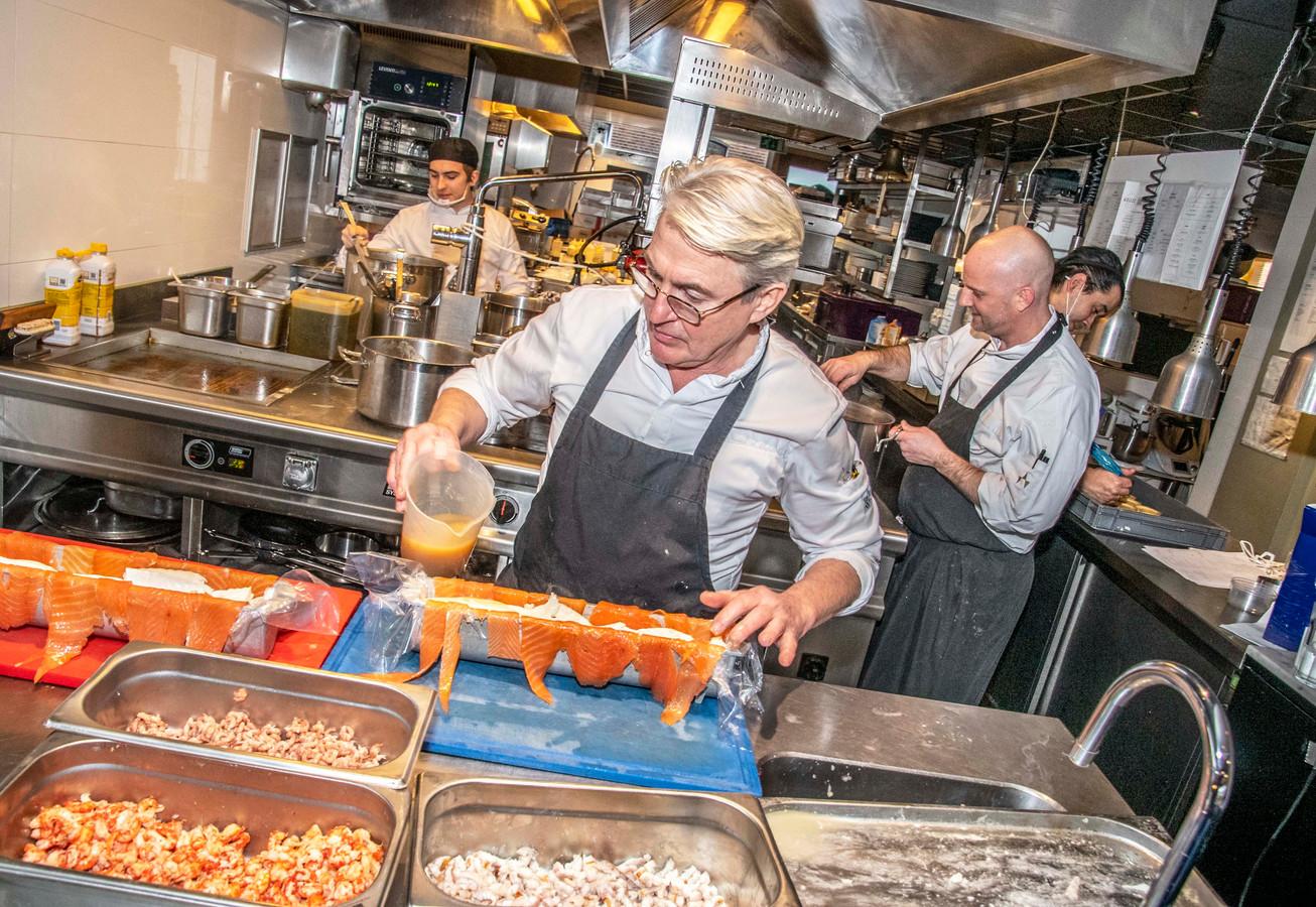 Hans Verhoeven van restaurant Kok Verhoeven in Tilburg is een van de ondernemers die diners aan AH XL levert.