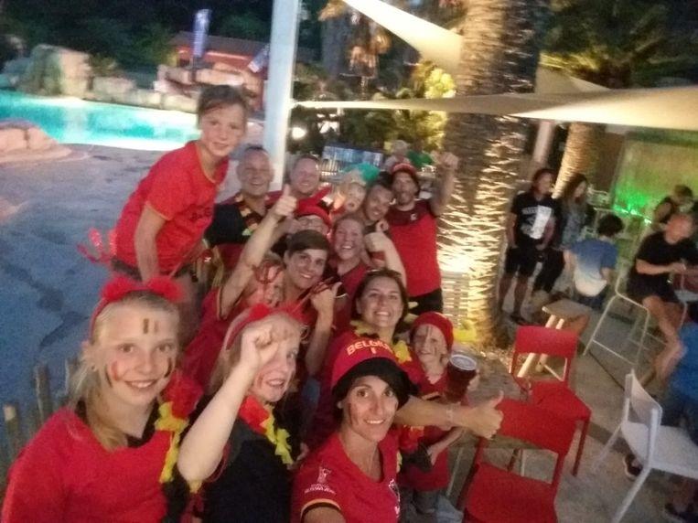 Tineke De Meyer en vrienden supporteren op camping La Sirene in Argelès-sur-Mer.