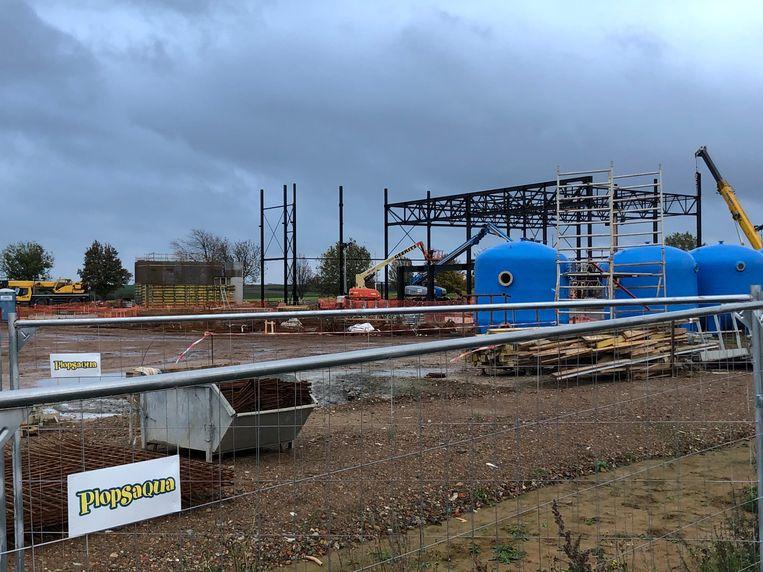 De bouwwerken aan het Plopsa-waterpark in Landen-Hannuit worden bovengronds zichtbaar.
