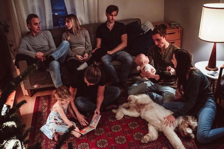 Familiekiekje, Kerstmis 2020. Vlnr, met de klok mee: Jordan, dochter Mikhaila en haar man, zoon Julian met vrouw en kind, en zijn van kanker genezen vrouw Tammy met kleindochter. Beeld ELLIANA ALLON