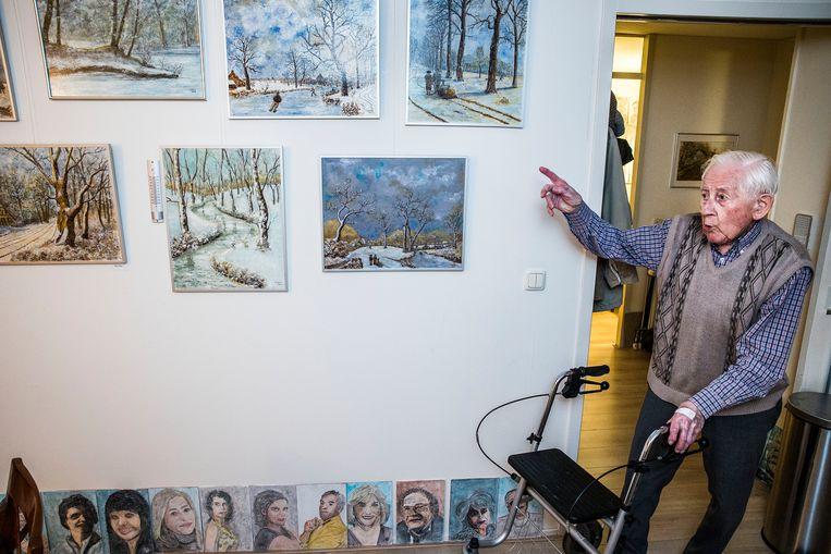 In het begin maakte Bais aquarellen van landschappen en paarden, nu portretten uit de krant. Beeld Arie Kievit