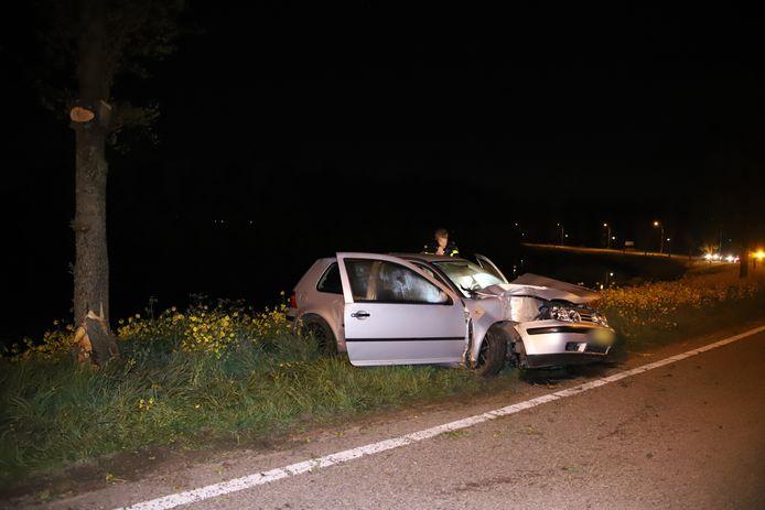 De bestuurder botste met een auto in een flauwe bocht tegen een boom langs de Dodewaardsestraat in Opheusden. Drie inzittenden raakten gewond.
