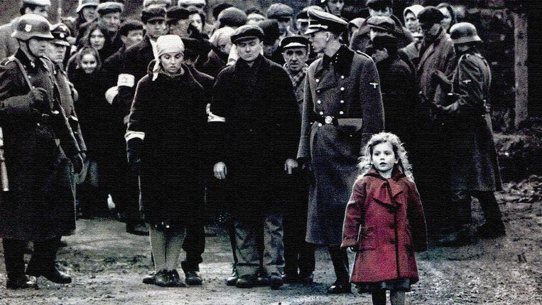 Het befaamde meisje met de rode jas, het enige spatje kleur in de film, is een vleugje poëzie, maar wel een vleugje poëzie dat de harde realiteit van de jodenvervolging benadrukt. Beeld rv