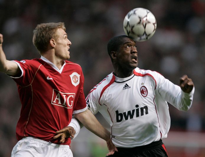 Clarence  Seedorf in duel met Darren Fletcher op 24 april 2007 in de halve finale van de Champions League.