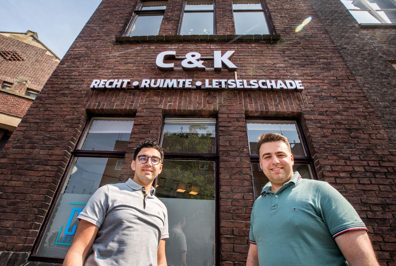 Muhammed (links) en Muammer van CK Recht. ,,Niemand anders wil die mensen helpen.''