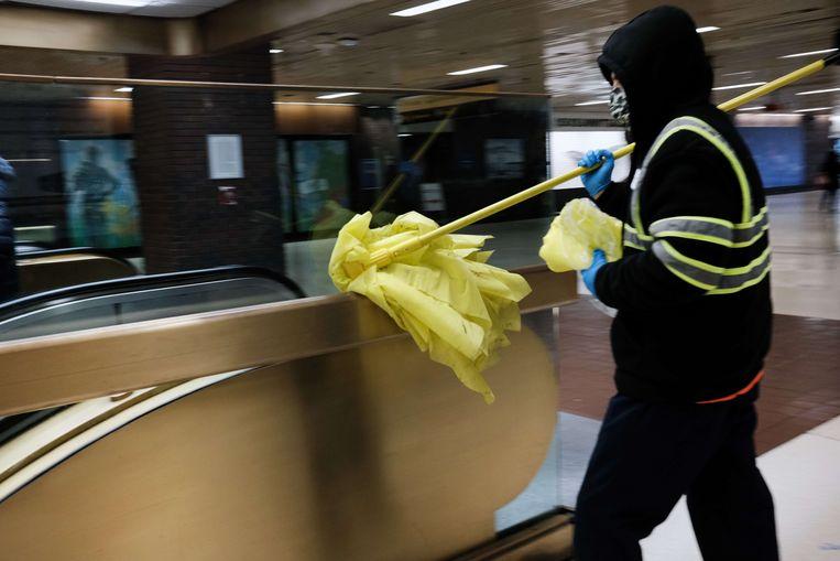 Een schoonmaker aan het werk in een busterminal in New York. Beeld AFP