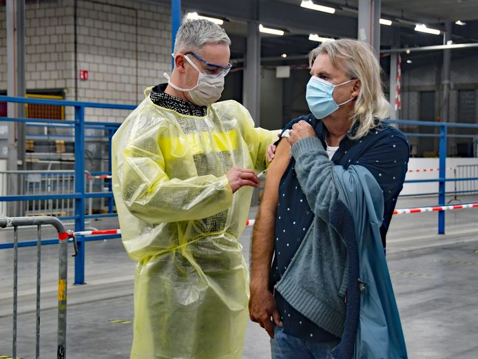 Huisarts Robbert Zijl tijdens de massa-vaccinatie dinsdag.