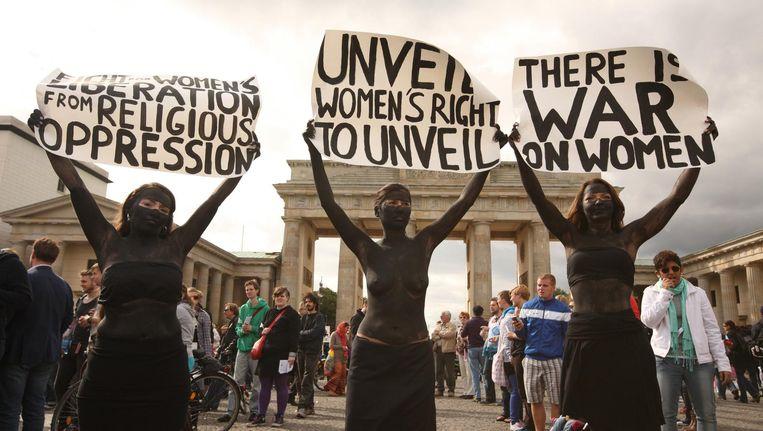 Vrouwen protesteren in 2012 bij de Branderburger Tor in Berlijn tegen seksueel geweld en religieuze onderdrukking van vrouwen. Beeld Thorsten Strasas