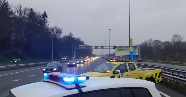 Botsing tussen twee personenautos in Een-West: bestuurder met onbekende verwondingen naar ziekenhuis.