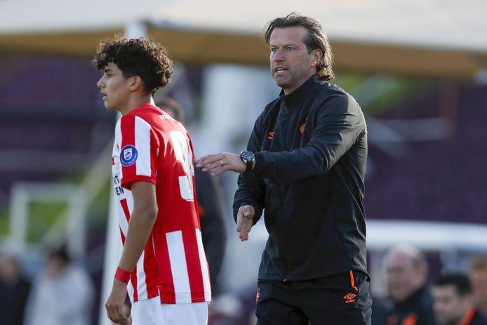 Richard Ledezma en PSV-trainer Ernest Faber.