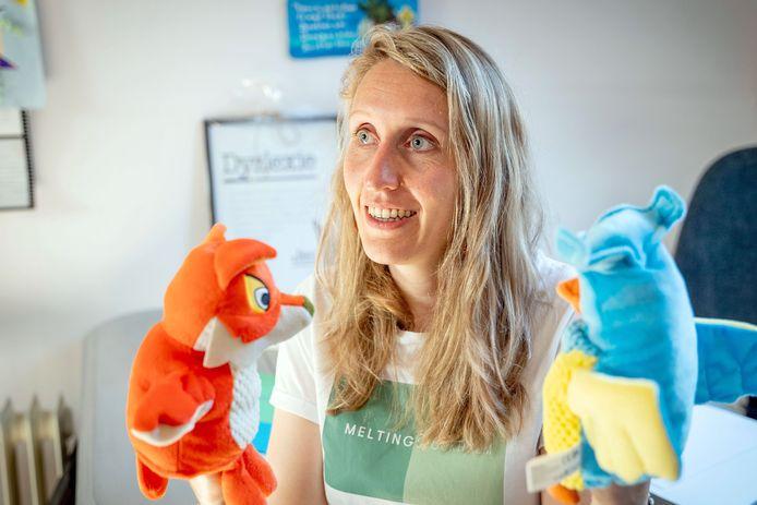 Leoniek Janssen Steenberg laat zien hoe ze jonge kinderen met dyslexie begeleidt. Ze gebruikt daarvoor onder meer handpoppen van 'De Fabeltjeskrant'.