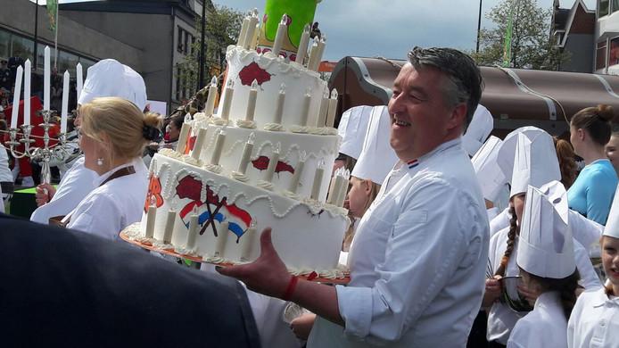 Meesterbakker Robèrt van Beckhoven met een smakelijke taart.