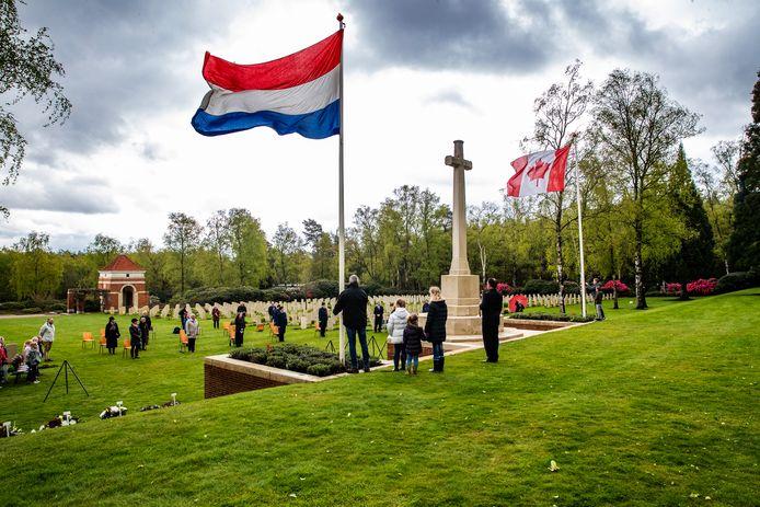 The Last Post klinkt over de lege Canadese Begraafplaats in Holten. Normaal zijn er duizenden bezoekers tijdens Dodenherdenking.