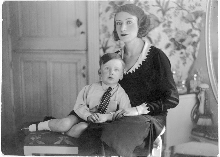 Harry op Schoot bij zijn moeder Alice Schwarz te Haarlem, 1930. Beeld Archiefbeeld