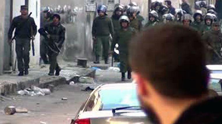 Veiligheidstroepen komen op een demonstrant af. Beeld afp