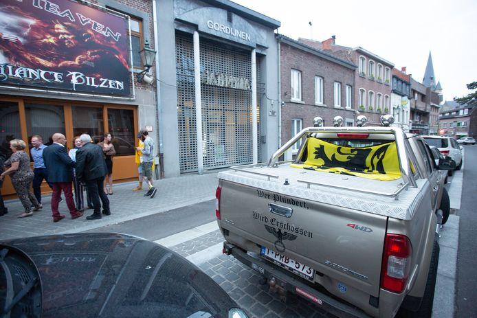 Dezelfde truck stond vorig jaar knal voor het café waar de Limburgse VB-overwinning werd gevierd. De man zit binnen en luisterde rustig naar de speech van Chris Janssens.