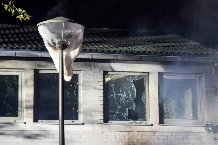 Kapotte ramen bij nabijgelegen gebouw.