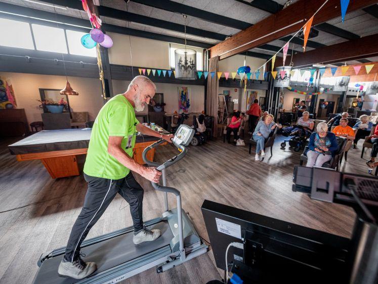 Thijs (69) uit Enschede loopt de Alpe d'HuZes op loopband in zorgcentrum