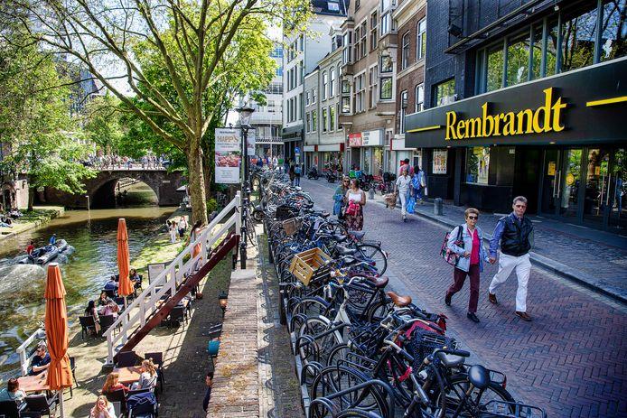 De gemeente Utrecht zou volgens enkele partijen een potje geld in het leven moeten roepen om eigenaren te helpen om historische gevels te herstellen, zoals die van de Rembrandtbioscoop aan de Oudegracht.