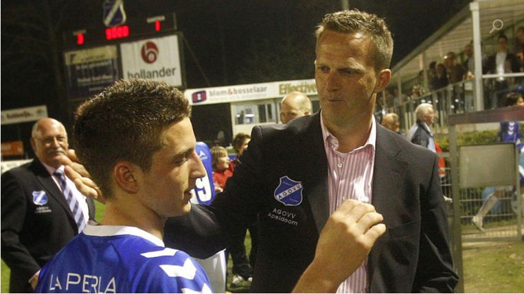 'John is best fier dat hij Dries Mertens gecoacht heeft bij AGOVV. Als hij hem tegenkomt, vliegt hij 'm om de nek.' (Foto: Mertens en Van den Brom in 2009) Beeld PRO SHOTS