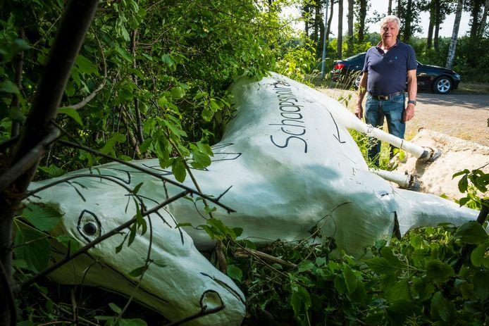 Het betonnen paard van de Schaapskooiruiters in Wapenveld ligt zwaar beschadigd op zijn zij nadat vernielzuchtige voorbijgangers hem tot drie keer toe omver hebben gegooid.