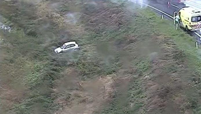 Een opvallend plaatje tijdens de maandagavondspits: door heftige regenval gleed een auto van de verbindingsweg A1/A50.
