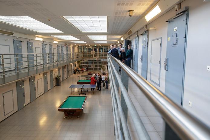 Bezoekers krijgen tijdens een open dag een rondleiding door de Penitentiaire Inrichting (PI) Achterhoek.
