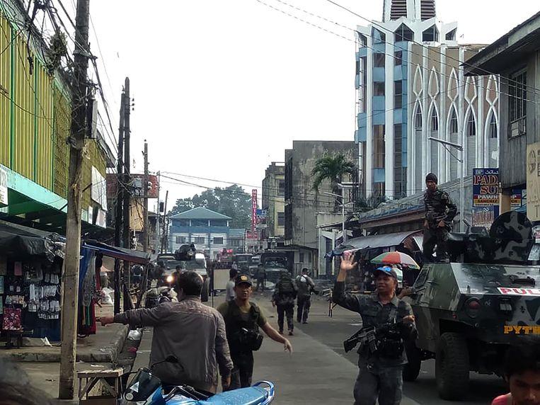 De straat met rechts de kathedraal waar de explosies plaatsvonden.
