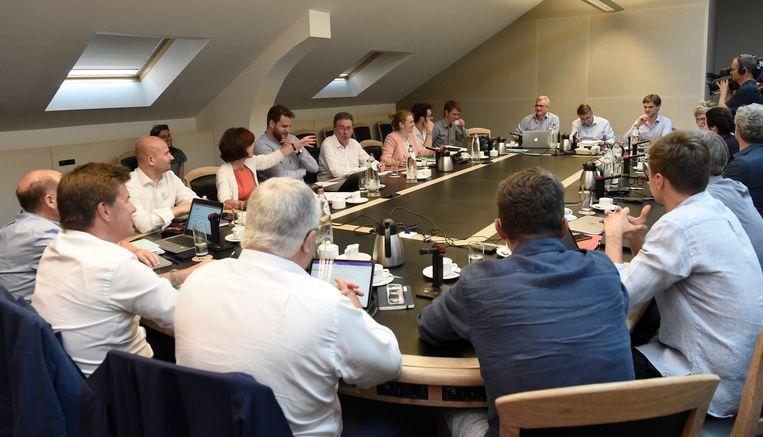 De sfeer aan de Brusselse onderhandelingstafel is goed, zeggen de deelnemers. Woensdag zou de nieuwe regering de eed moeten afleggen. Beeld Photo News