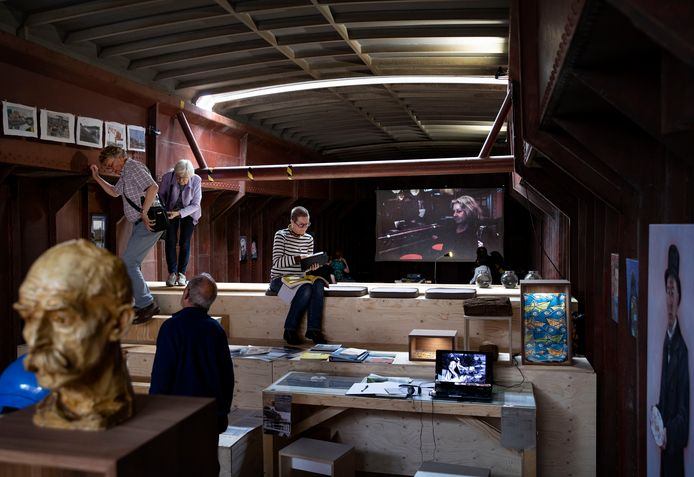 Op het schip Oostenwind, gelegen aan de Albatroskade in Helmond, is een varende expositie: Dat wat blijft, waarin verhalen en films over het kanaal van Den Bosch tot Maastricht voorbij komen
