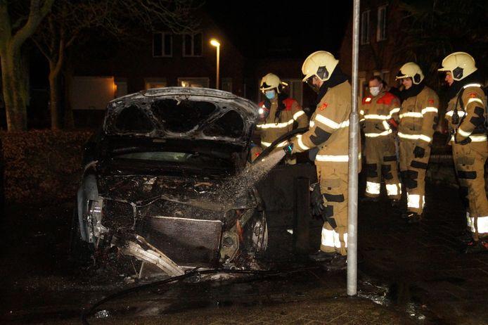 De brandweer kon niet voorkomen dat de auto volledig uitbrandde.
