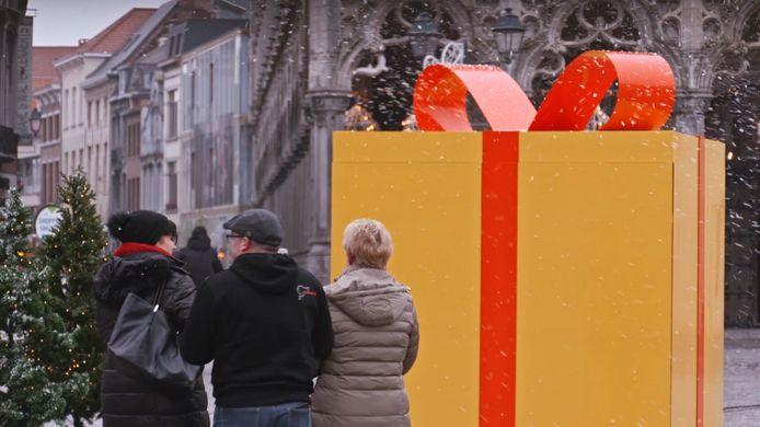 Mechelen ontwaakte op 7 december met een gigantisch cadeau op de Grote Markt. Het bleek een lege doos met een pakkende boodschap: maar liefst 1 kind op 5 in België leeft in armoede. Het was het startschot van de actie 'Make 2020 Great Again', waarin Frances Lefebure, haar team van Make Belgium Great Again en het Kinderarmoedefonds het eindejaar aangrepen om het thema kinderarmoede extra onder de aandacht te brengen.