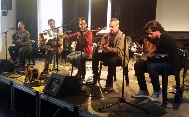 De vijf Irakese muzikanten aan het werk.