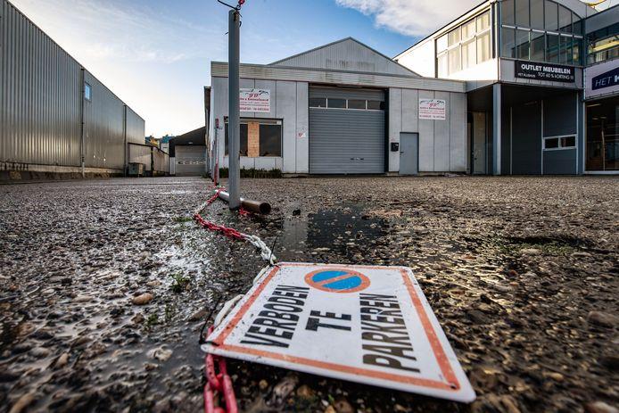 In dit pand aan de Landbouwkade in Emmeloord was het autobedrijf gevestigd.