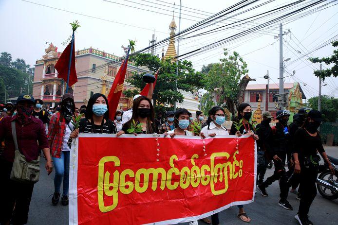 Betogers tegen de militaire staatsgreep in Myanmar.