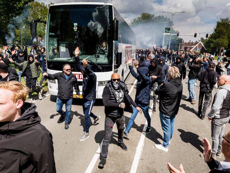 Tilburg klaar voor degradatiekraker: Willem II-supporters geven spelersbus hartstochtelijk onthaal
