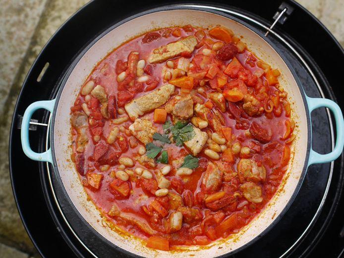 Ali Ray kookt het liefst in een grote paellapan op de barbecue. Zo ook dit rokerige varkensvlees met gebakken bonen.
