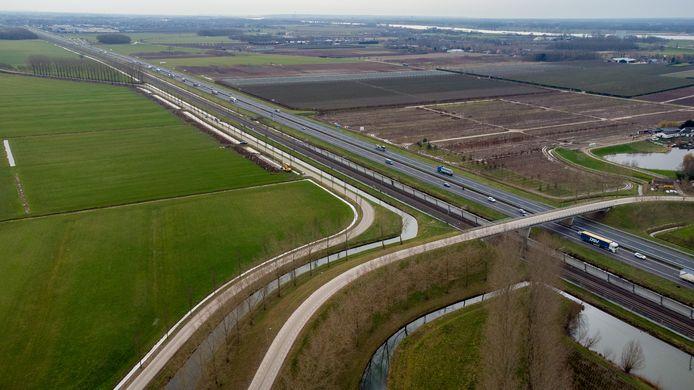 Het gebied langs de A15 geldt als mogelijke locatie voor windmolens