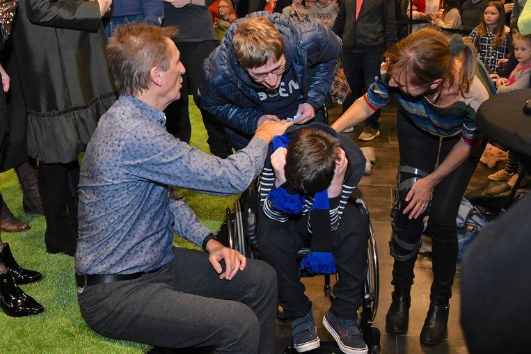 Deze fan werd overdonderd door de emoties. Pol en Bieke probeerden hem te troosten.