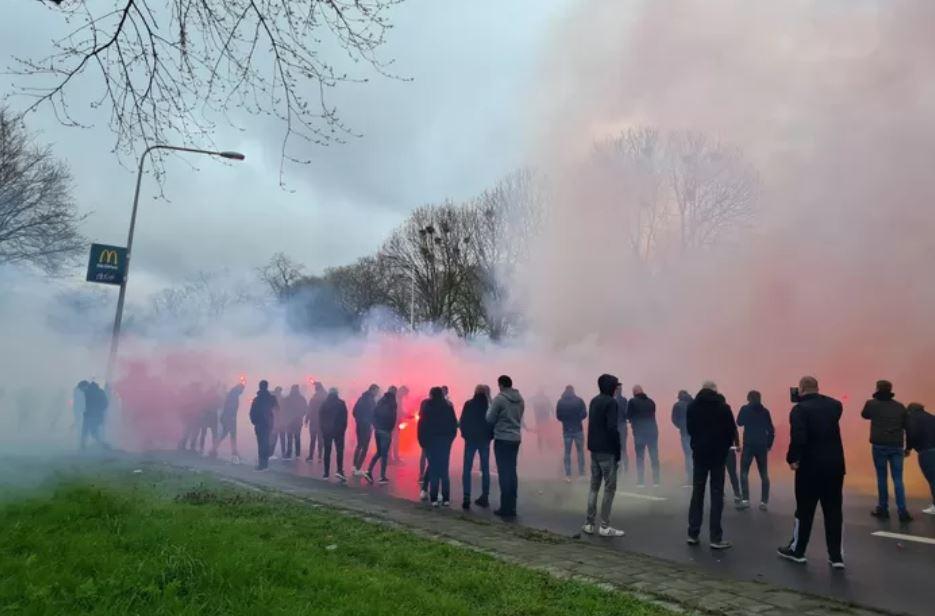 Supporters wachtten op 12 april de spelersbus van Go Ahead Eagles op, de politie geep niet in.