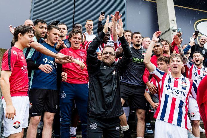 Zeljko Petrovic viert tussen de spelers de handhaving van Willem II in de eredivisie met de fans die zijn toegestroomd bij het stadion na de winst op Fortuna Sittard.
