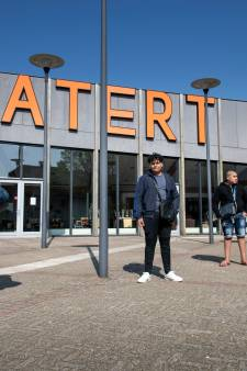 Twee jaar cel geëist tegen tasjesrover (50) die bij Nijmeegse Riet en dochter in auto stapte