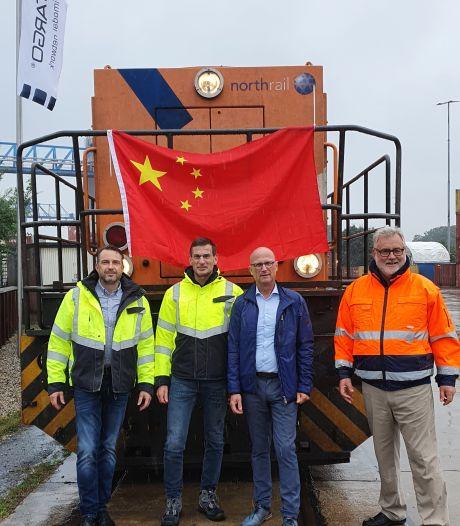 Eerste trein met containers uit China aangekomen op terminal Emmerik: 'Dit gaat banen opleveren'