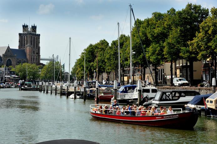 Dordrecht begint meer en meer op Amsterdam in het klein te lijken met de toeristen. Maar hoeveel het er zijn is iedereen nu een raadsel.
